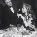 Robert Mitchum e Lauren.