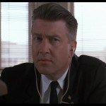 David Lynch nei panni dell'agente dell'FBI Gordon Cole. Un po' duro d'orecchi.