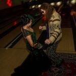 Location per un matrimonio à la Lebowski perfetto: sala da bowling e tappeto.