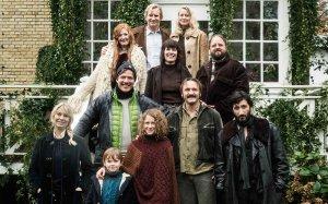 Foto di gruppo del cast di attori di The Commune. Tra loro, anche Vinterberg.