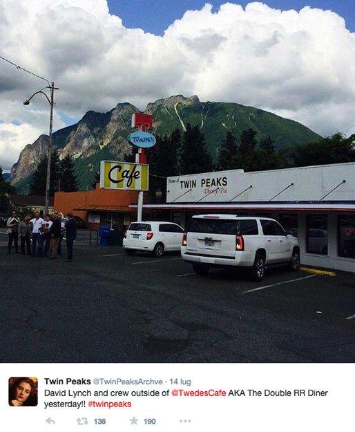 La crew di Twin Peaks all'esterno del Twede's Café