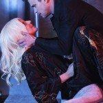 Lady Gaga (Contessa Elizabeth) con Matt Bomer (Donovan, figlio di Iris, la manager dell'hotel)