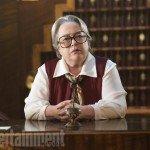 Kathy Bates (Iris)