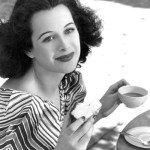 """Durante una pausa sul set di """"Un'americana nella Casbah"""", 1938"""