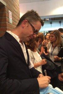Refn impegnato a firmare autografi allo IULM di Milano