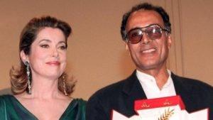 Cannes 1997: Kiarostami, la Palma d'Oro e Catherine Deneuve, che gli consegnò il premio accompagnandolo con un bacio passato alla storia