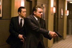 Dom Cobb (DiCaprio) e uno dei suoi collaboratori, Arthur (Joseph Gordon-Levitt), in azione