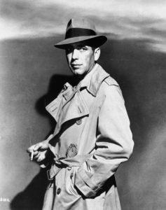 In una foto promozionale di Casablanca (1942): trench, sigaretta e Borsalino... Più Bogart di così!