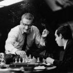 George C. Scott e Stanley Kubrick giocano a scacchi durante una pausa sul set de 'Il Dottor Stranamore' (1964)