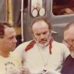 """Mario Brega con Carlo Verdone e Sergio Leone sul set di """"Bianco, rosso e Verdone"""" (1981)"""