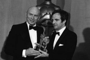 """Yul Brinner ha consegnato a François Truffaut, regista di """"Effetto Notte"""", l'Oscar 1974 per il Miglior Film in lingua straniera"""