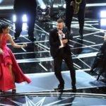 Justin Timberlake si esibisce cantando il brano Can't Stop the Feeling, contenuto nella colonna sonora del film Trolls