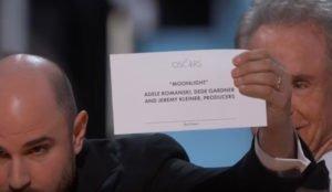 """Jordan Horowitz mostra la cartolina che riporta il nome corretto del vincitore dell'Oscar 2017 come """"Miglior Film"""""""