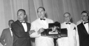 """Rossellini con il Leone d'Oro 1959 vinto con """"Il Generale Della Rovere"""". All'estrema destra della foto, Mario Monicelli, vincitore ex aequo con """"La grande guerra"""""""