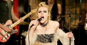 """Elle Fanning in una scena del film """"How to Talk to Girls at Parties"""""""