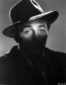 """Lo sguardo inconfondibile di Robert Mitchum in una foto promozionale del film """"Le catene della colpa"""""""