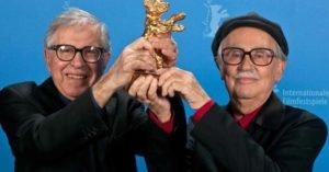 Paolo e Vittorio Taviani con l'Orso d'Oro vinto con il film Cesare deve morire