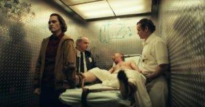 film joker joaquin phoenix arthur fleck arkham asylum uomo barella infermieri