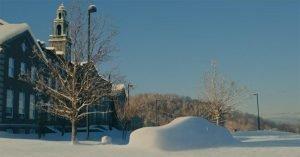 macchina ricoperta di neve cielo azzurro