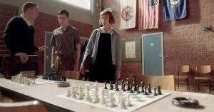 la regina degli scacchi anya taylor joy beth harmon grembiule nero cardigan grigio