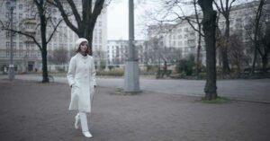 la regina degli scacchi anya taylor joy beth harmon cappotto bianco mosca
