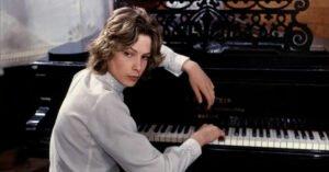 andresen tadzio morte a venezia pianoforte camicia bianca